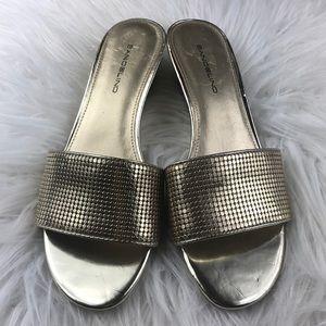 Like New Bandilino gold slide wedge sandals 7.5